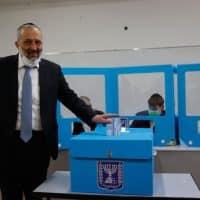Арье Дери голосует на выборах фото