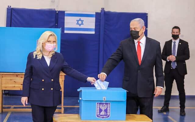 Сара и Биньямин Нетаниягу голосуют на выборах фото