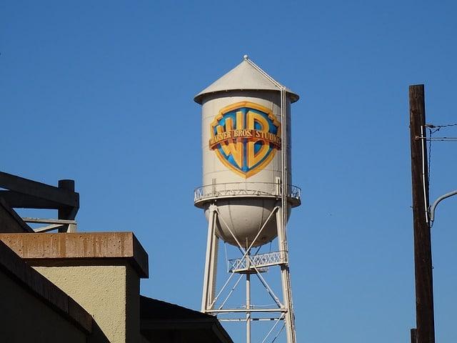 Логотип Warner Bros фото