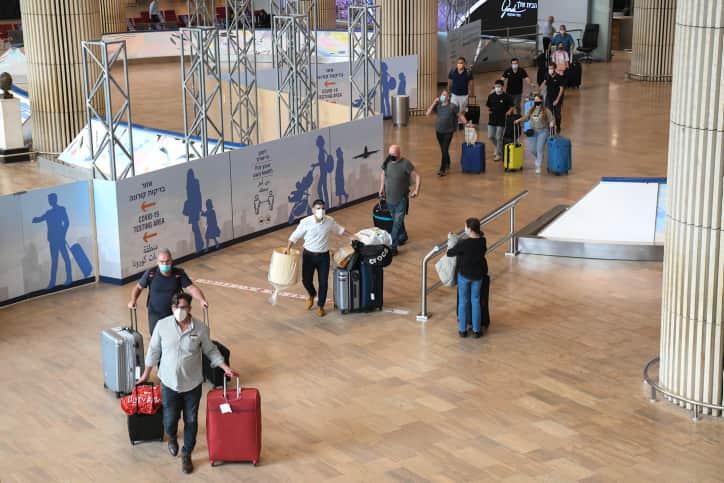Пассажиры в аэропорту Бен-Гуриона фото