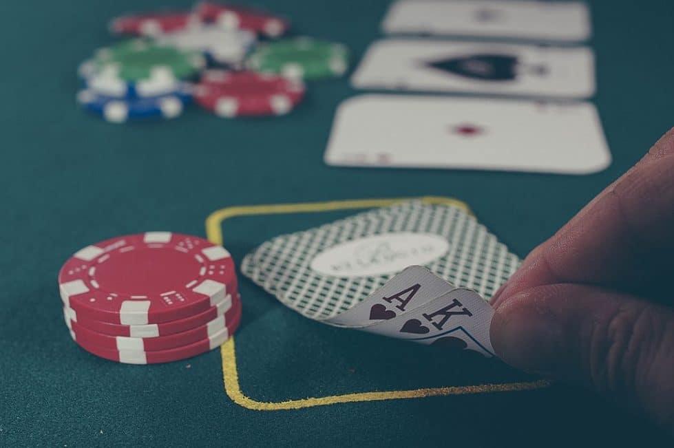 Игрок в покер фото