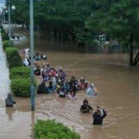 Наводнение в Индонезии фото