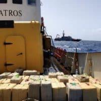 В Испании задержали судно с тоннами наркотиков фото