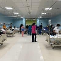 Эвакуация пациентов из больницы на Филиппинах фото