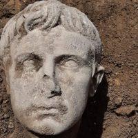 Мраморная голова первого римского императора фото