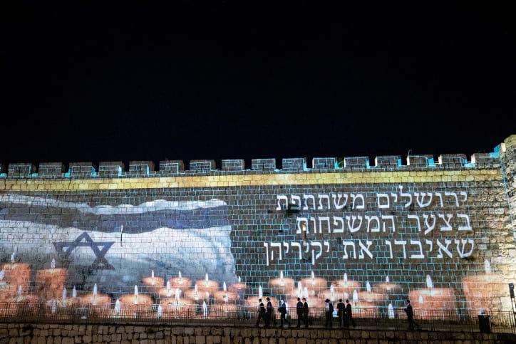 Траурная анимация на стенах Старого города фото