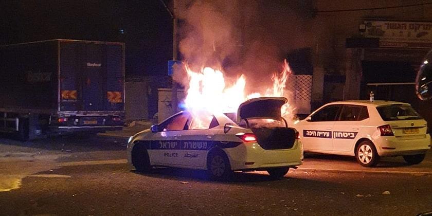 В Хайфе подожгли полицейский автомобиль фото