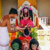 Жители Индии начали поклоняться богине коронавируса фото