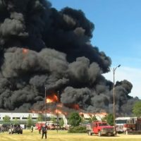 Пожар на химпредприятии в США фото