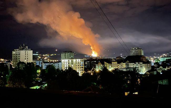 Взрывы на складах оружейной фабрики в Сербии фото