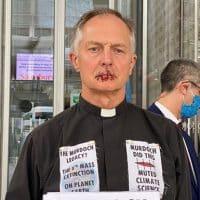 Британский священник зашил себе рот фото