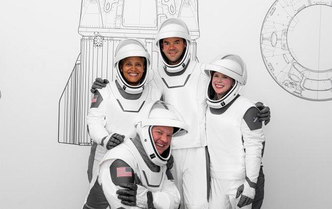 Члены экипажа туристической мисии SpaceX фото