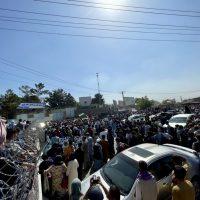 Жители Кабула пытаются покинуть страну фото