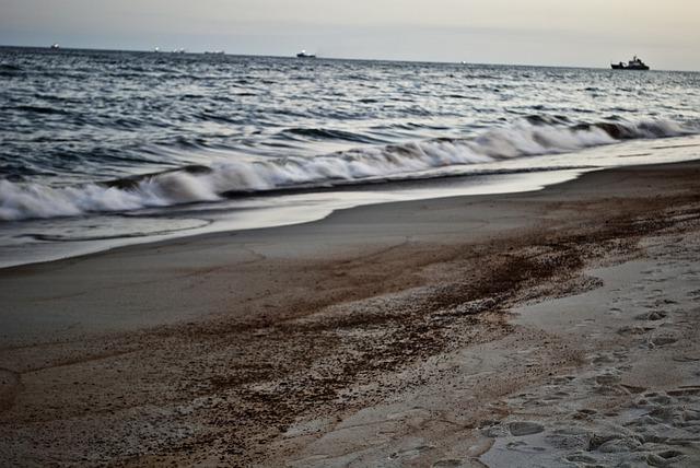 Загрязненный пляж фото