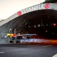 Первый в мире пролет самолета через тоннель фото