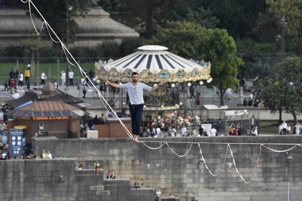 Канатоходец в Париже фото