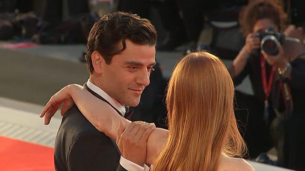 Оскар Айзек поцеловал руку Джессики Честейн на Венецианском кинофестивале -  Cursorinfo: главные новости Израиля и мира