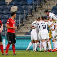 Сборная Израиля по футболу празднует гол фото