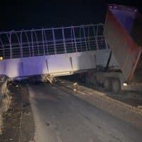 В России пешеходный мост обрушился на трассу фото
