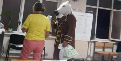 В Ялте на избирательный участок пришел человек в костюме коня