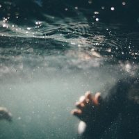 Люди под водой фото