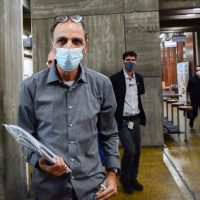 Дедушка Ейтана Бирана в суде фото