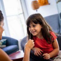 Мать тестирует свою дочь с помощью домашнего набора для экспресс-теста фото