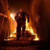 Спасатель в горящем доме взрыв фото